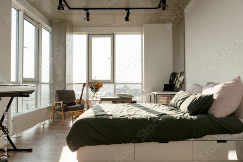 Fotografia  close up view of empty modern room interior with big window and bed