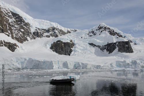 Spoed Foto op Canvas Antarctica Inflatable boat in Antarctic sea