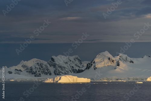Spoed Foto op Canvas Antarctica Landscape in Antarctica at sunset