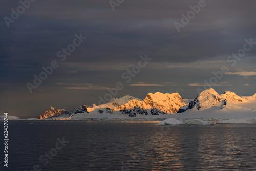 Foto op Plexiglas Antarctica Landscape in Antarctica at sunset