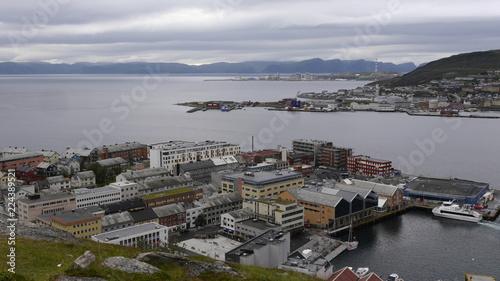 Fotobehang Scandinavië Aussicht auf Hammerfest, den Hafen und das Nordmeer