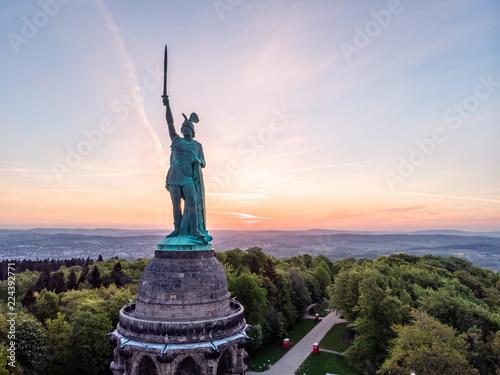 Foto auf AluDibond Aubergine lila Hermannsdenkmal bei Sonnenaufgang, Luftaufnahme, Detmold, Deutschland