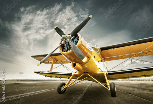 Türaufkleber Flugzeug historical aircraft on a runway