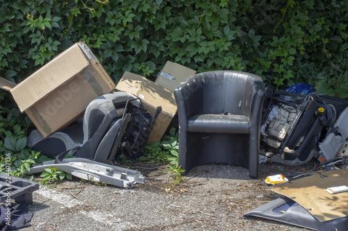 Fototapeta Fauteuil abandonné au millieu des déchets obraz