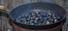 Heiße Gebratene Maroni In Einer Kastanienpfanne