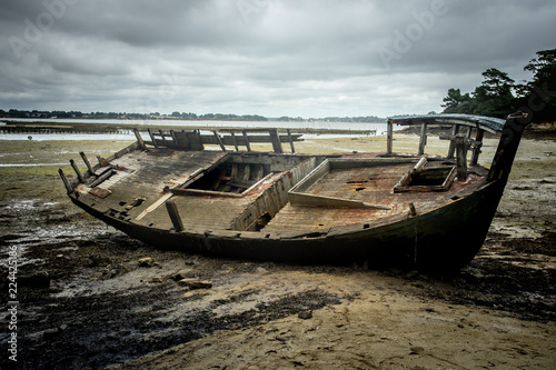 Foto op Plexiglas Schipbreuk une épave de bateau sur une plage