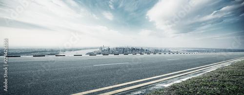 In de dag Bruggen empty highway through modern city
