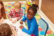 canvas print picture - Afrikanisches Mädchen und andere Kinder malen