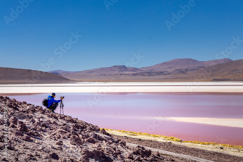 Papiers peints Lilas Homme silhouette photographe voyageur dans la nature dans le désert de Sel de Bolivie Uyuni Amérique du sud lagune colorée