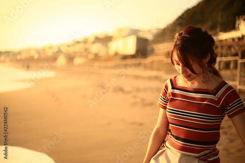 Fotografía  海岸を歩く女性