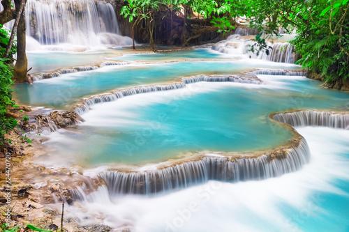 Foto auf Gartenposter Wasserfalle Turquoise water of Kuang Si waterfall