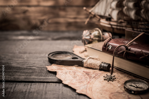 Foto auf AluDibond Schiff Columbus Day. Vintage worldmap and discovery equipment. Copy space on dark wood background.