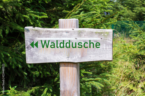 Fotografía  Holzschild Walddusche