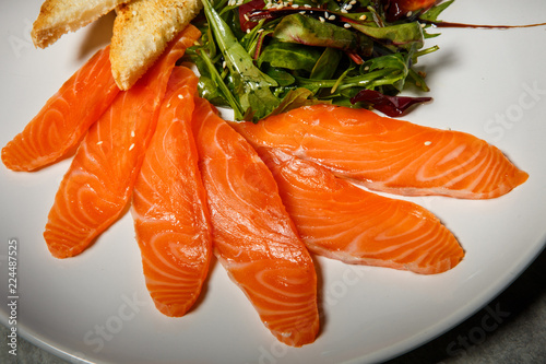 Foto op Plexiglas Macrofotografie macro salmon slices served with rucola and tomato salad and toasted bread