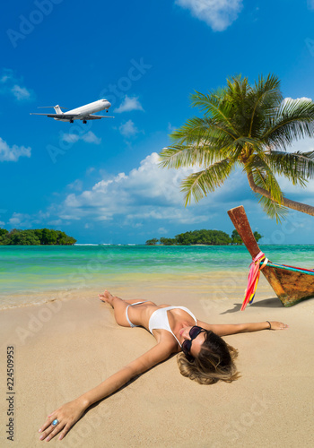 Photo  Cute woman relaxing on the summer beach.