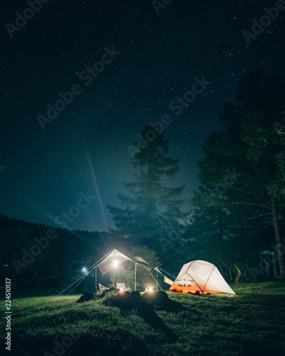 Ingelijste posters Kamperen Camping at Night 夜のキャンプ テントのある風景