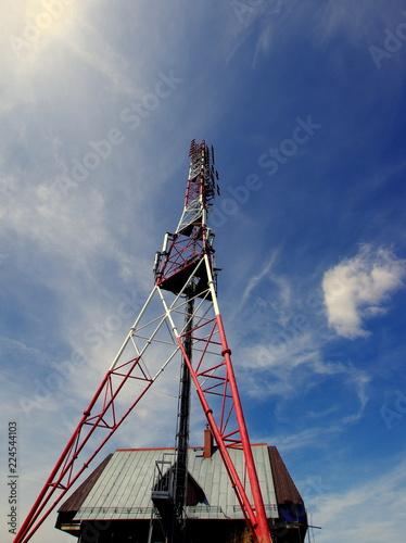 Fotografia  Stalowy maszt nadawczy - wieża odbierająca i nadająca sygnały telewizyjne, telef