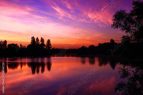 Levé de soleil rose sur le lac