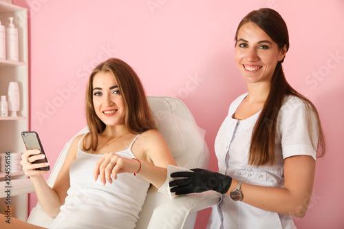 Obraz na plátně  Master cleanse hands with napkin before procedure