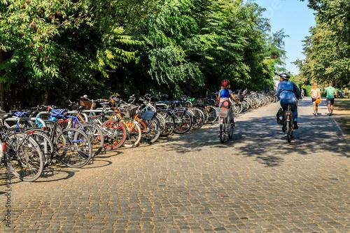 Foto op Aluminium Radfahrer am Bahnhof Treptower Park in Berlin Deutschland