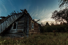 Creative Background, An Abandoned Wooden House, A Hut Against A Beautiful Sunset. The Concept Of A Magical Background, Fantasy, Mysticism, Devastation, Old Age.