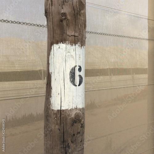 Fotografia  number six, black figure six on a white background, number on a pole, dense mesh