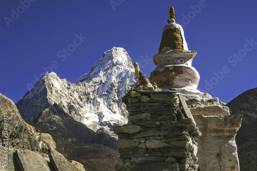 Photo  Buddhist Stupa Statue and Distant Ama Dablam Peak in Nepal Himalaya Mountains du