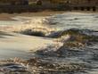 Fale morskie rozbijające się o brzeg.