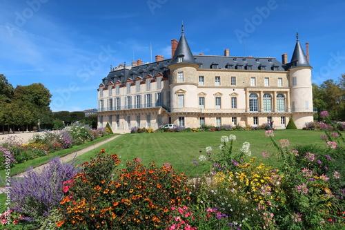 Papiers peints Con. ancienne Château et jardin de Rambouillet, avec des fleurs, en été (France)