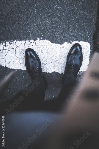 Klassische Lederschuhe auf der Straße - POV Wallpaper Mural