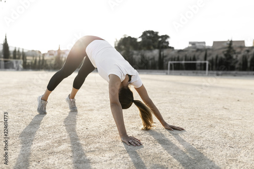 Photo Joven chica practicando deporte.