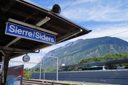 Fototapeta スイス・シエール/ジーダース駅とアルプス