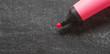 fluo rose sur tableau noir