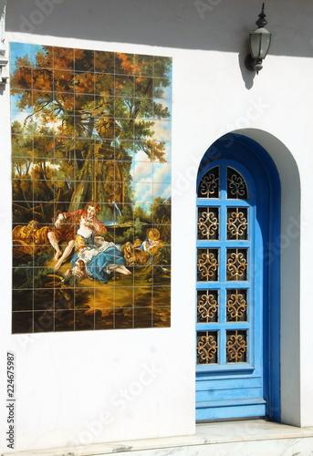 Ville d\'Arès, porte d\'entrée bleue et décoration murale ...