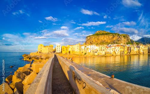 La pose en embrasure Palerme Cityscape of Cefalu at sunset. Romantic scene on the coast of Sicily island, Italy