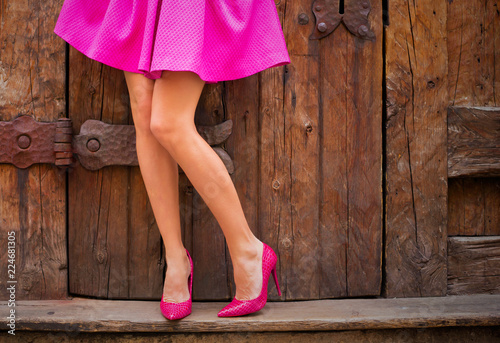 Fotografía Woman wearing pink skirt and high heel shoes