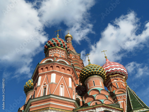 Foto op Plexiglas Moskou St. Basil's Cathedral against the blue sky with white clouds. Russian architecture landmark, located on Red square in Moscow
