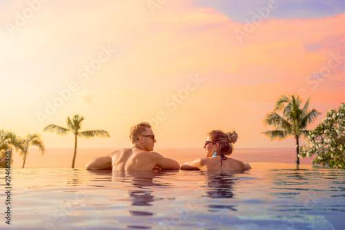Fotografía Happy couple on honeymoon in luxury hotel pool
