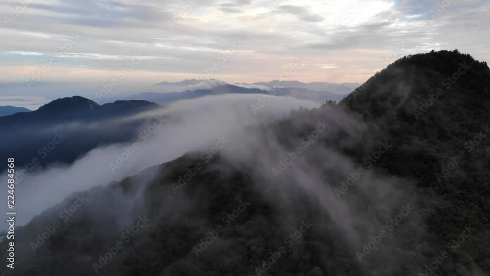 四国カルスト, 天狗高原, 山を這う雲が朝日に照らされる