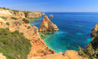 Portugiesische Felsenküste am Strand Praia da Marinha bei Carvoeira, einer der schönsten Strände der Welt
