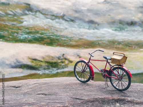 In de dag Fiets Red bicycle on stone