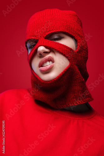 Tablou Canvas Displeased female in red mask