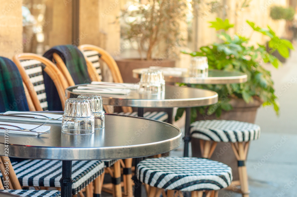 Fotografia Charming parisian sidewalk cafe,outdoor tables, Paris, France