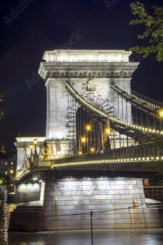 Fotografia  Chain Bridge over Danube river at night, Budapest, Hungary