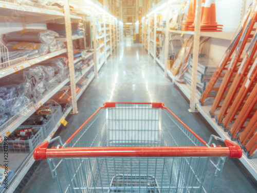 Fotografía  Abstract blurred photo of hardware store with empty shopping cart