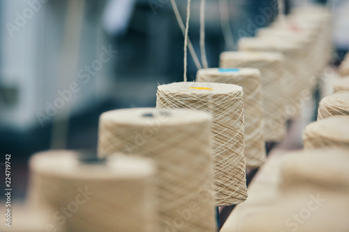 Photographie Dyeing fabrics yarn in industry production factory
