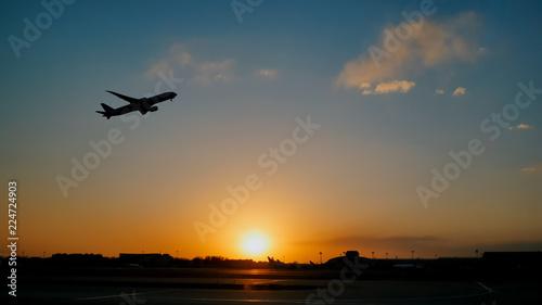 Samolot startuje niebo zachód słońca zachód słońca na lotnisku w Chinach. Pekin.