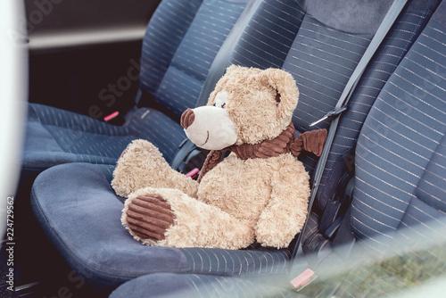 Fotografia  close-up shot of cute teddy bear sitting on back seats of car