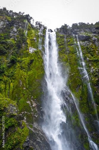 Foto op Plexiglas Oceanië Waterfall in Milford Sound lake, New Zealand