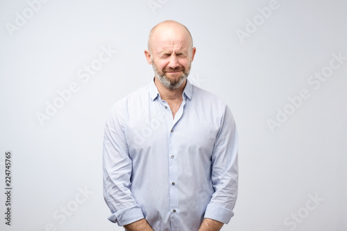 Photo Mature man screwing with beard screwing up his eyes